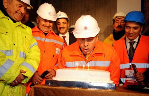 Başbakan Erdoğan, Marmaray tüp geçit tünelinde inceleme yaptığı sırada doğum günü sürprizi ile karşılaştı.