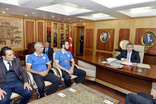 21 Yaş Altı Ümitler Avrupa Taekwondo Şampiyonası´nda ülkemizi başarıyla temsil ederek şampiyon olan Berkcan Süngü, hocası Murat Işık ile birlikte Başkan Hilmi Türkmen´i makamında ziyaret etti.