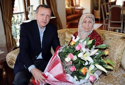 Başbakan Recep Tayyip Erdoğan, annesi Tenzile Erdoğan'ı İstanbul, Üsküdar'daki evinde ziyaret ederek, Anneler Günü'nü kutladı.
