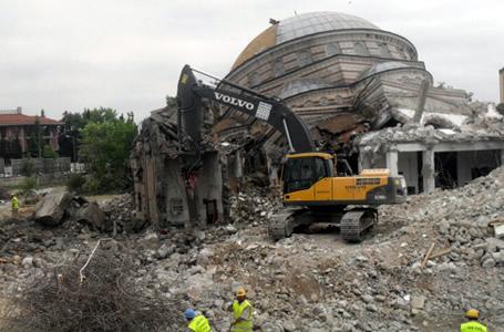 1984'te ibadete açılan Marmara İlahiyat Vakfı Camii'nin depreme dayanıklı olmadığı gerekçesiyle yıkımı devam ediyor.