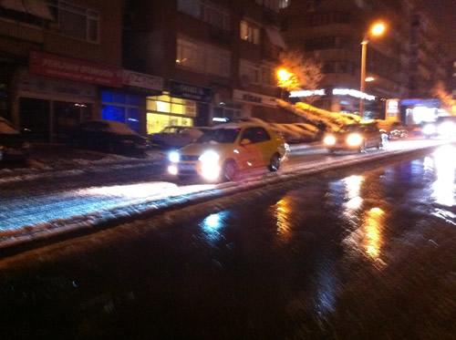 Üsküdar'da yağan kar şehri etkisi altına alırken, trafikte hazırlıksız yakalanan sürücüler yollarda kaldı.