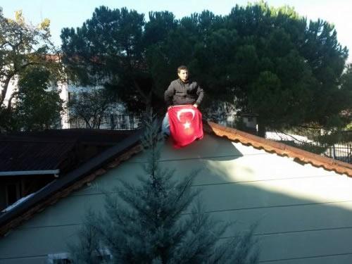 Yıkımı engellemek isteyen bir genç elinde Türk bayrağıyla çatıya çıkarken, yaşlı bir kadın ise evinin yıkılmasını gözyaşları içinde izledi.