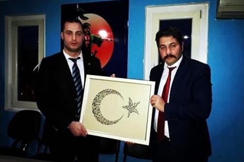 Hüseyin Sözer yeni ilçe başkanı olan Ufuk Turna'ya bir tablo hediye ederek görevinde başarılar diledi.