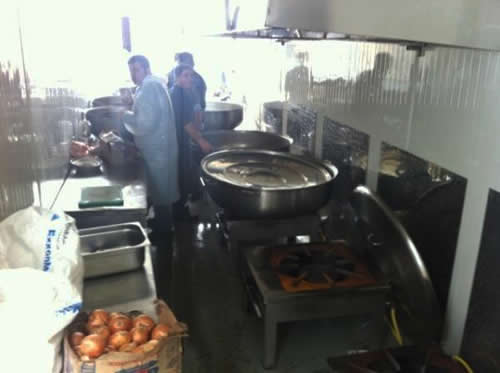Van'da meydana gelen deprem sonrasında yardıma koşan Üsküdar Belediyesi 10 köyde sıcak yemek dağıtımını sürdürüyor.