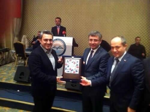 Eğitime Katkı Gecesi'nde Hilmi Türkmen'e plaketini Behlül Ünver verdi.