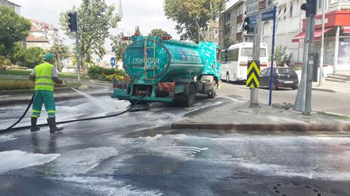 Üsküdar Belediyesi, yaz ayının en sıcak günlerini yaşadığımız şu günlerde özellikle çöp kamyonlarının akıttığı çöp sularını temizlemek için, cadde ve sokakları gülsuyu ve köpüklü suyla yıkama işlemine hız verdi.
