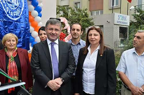 Açılış konuşmasını yapan Ünalan Mahallesi Muhtarı Mezengül Şimşek, mahalle ve muhtarlık adına emeği geçen Üsküdar Belediyesi'ne ve Belediye Başkanı Hilmi Türkmen'e teşekkür etti.
