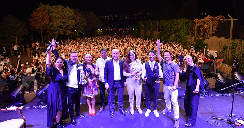 Üsküdar Belediye Başkanı Hilmi Türkmen, Üsküdarlıları seslendirdikleri şarkılarla 90'lı yıllara kısa bir süreliğine geri döndüren sanatçılara ayrı ayrı teşekkür ederek tek tek hediyelerini takdim etti.