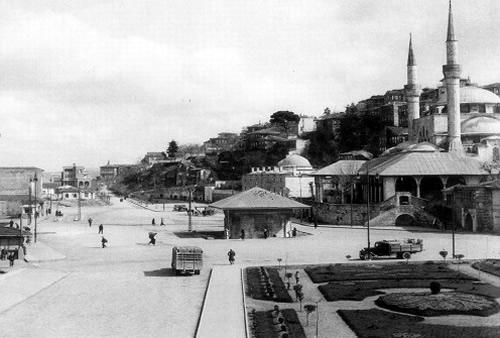 1926 yılına kadar il statüsünde olan Üsküdar aynı yıl yapılan yasal düzenlemeyle ilçe statüsüne getirilip İstanbul'a bağlandı.