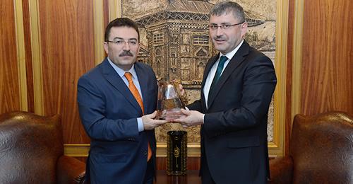 Üsküdar Belediye Başkanı Hilmi Türkmen, İl Emniyet Müdürü Altınok'a Üsküdar'ın hatırası olarak vazo hediye edip nazik ziyaretleri için teşekkürlerini sundu.