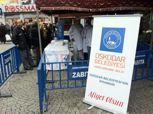Üsküdar Belediyesi Muharrem ayı nedeniyle belediye binası önüne kurulan çadırlarda aşure dağıttı.