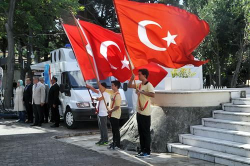 Üsküdar Şemsipaşa Meydanı'nda düzenlenen tören, Türkiye Cumhuriyetimizin kurucusu Ulu Önder Mustafa Kemal Atatürk ve silah arkadaşları için bir dakikalık saygı duruşu ile başladı.