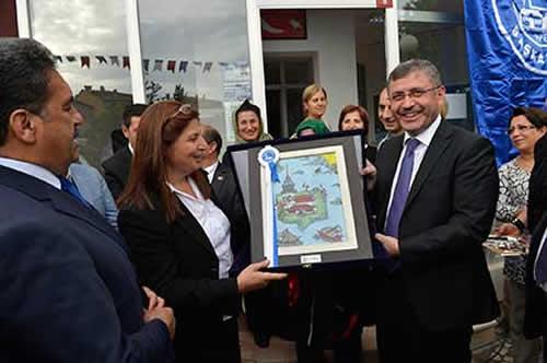 Açılışın ardından Üsküdar Belediye Başkanı Hilmi Türkmen, Ünalan Mahallesi Muhtarı Şimşek'e içerisinde Kız Kulesi resminin bulunduğu İstanbul Minyatürü albümünü hediye etti.