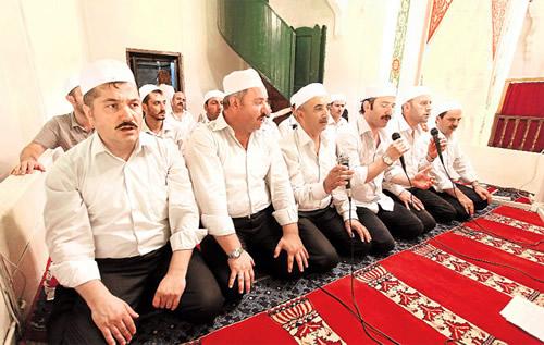 Yer Üsküdar İskele Camii... Enderun teravihi, imam, müezzin, neyzen, hatip ve akademisyenlerden oluşan din adamları grubu tarafından uygulanıyor.