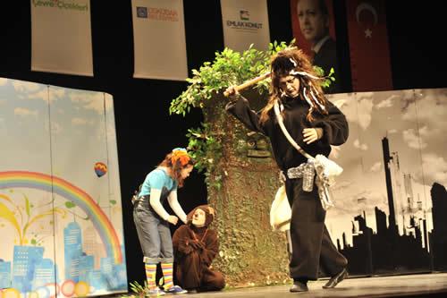 Çevre ve Şehircilik Bakanı Erdoğan Bayraktar, bakanlığın Üsküdar Belediyesi ile işbirliği halinde ilkokul 4. sınıf öğrencilerini ''Çevre Müfettişleri'' olarak yetiştirmek amacıyla düzenlediği proje kapsamında gerçekleştirilen tiyatro gösterisini izledi.