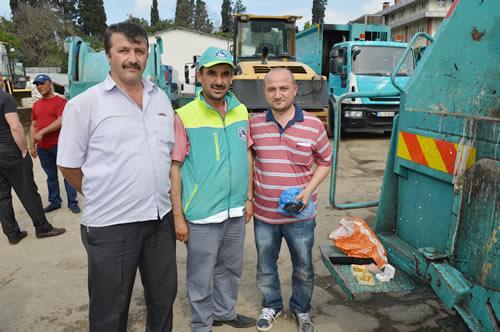 İşyerindeki çelik kasaya konulmak üzere teslim edilen altın emanetleri yanlışlıkla çöp konteynerına atan Murat Alkan'ın imdadına Üsküdar Belediyesi Temizlik İşleri ekipleri yetişti.