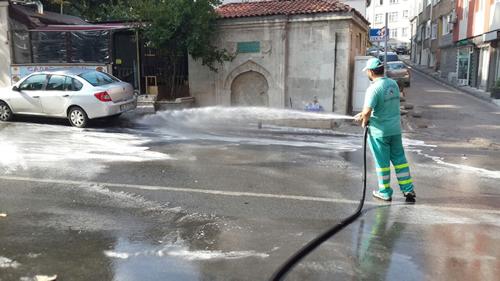 Üsküdar Belediyesi Temizlik İşleri Müdürlüğü'ne bağlı ekip, bu hafta sonu, Zeynep Kamil Mahallesi'ndeki, Tunus Bağı, Cumhuriyet ve Dr. Fahri Atabey Kalan Caddeleri ile bağlı sokaklarını yıkadı.