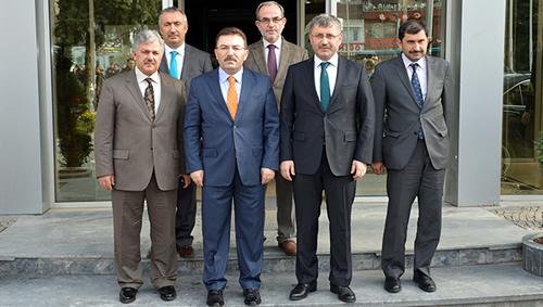 Ziyaret Başkan Hilmi Türkmen ve yardımcılarının İl Emniyet Müdürü Altınok'la hatıra fotoğrafı çektirmeleriyle sona erdi.