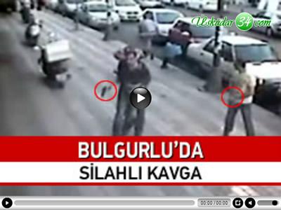 Üsküdar'da birlikte yürüyen 6 kişi arasında henüz bilinmeyen bir nedenle tartışma çıktı. Silahlarını çeken 6 kişi, onlarca kişinin gözleri önünde birbirine girdi. 1 kişinin yaralandığı olay güvenlik kameralarına saniye saniye yansıdı.