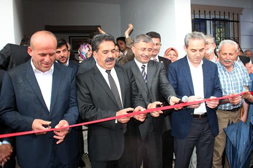 Her iki yeni muhtarlık binaları düzenlenen törenler sonrası kurdelaların kesilmesiyle hizmete açıldı.