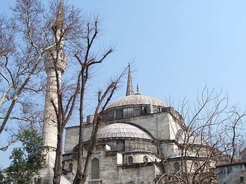 Üsküdar'da, tarihi özellikler taşıyan dini yapıların geçmişten geleceğe taşınabilmesi adına çok önemli çalışmalara imza atılıyor.