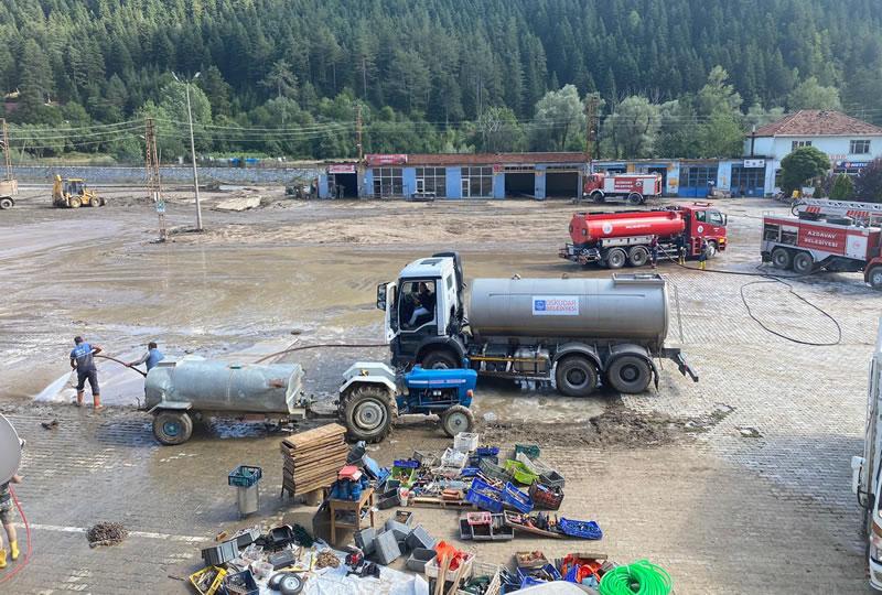 Batı Karadeniz bölgesindeki etkili aşırı yağışlar sonucunda Kastamonu, Sinop ve Bartın'da meydana gelen sel ve su baskınlarına yardım etmek için yola çıkan Üsküdar Belediyesi ekipleri sel bölgesine ulaştı.