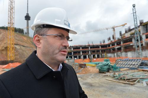 """Başkan Türkmen, yapımı son sürat devam eden proje için şunları söyledi; ''Çamlıca Camisi tamamlandığında yaklaşık 60 bin kişi aynı anda secdeye gidebilecek. Caminin avlusu ile birlikte 37 bin 500 kişi namaz kılabilecek"""" dedi"""
