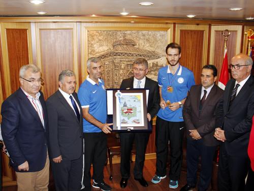 Avrupa Taekwondo Şampiyonu olan Üsküdar Belediyesi Spor Kulübü sporcusu Berkcan Süngü´yü 1 kese altınla ödüllendirdi.