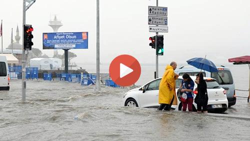İstanbul'da etkili olmaya devam eden sağanak yağmur nedeniyle Üsküdar Meydanı sular altında kaldı. Tıkla İzle