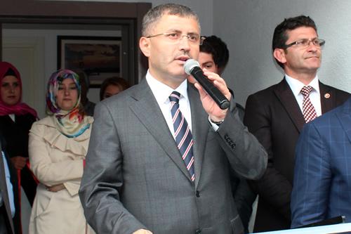 Hilmi Türkmen burada yaptığı konuşmasında da ilçedeki bütün muhtarlık binalarını yenilediklerine vurgu yaparak, ''Bu yeni muhtarlık binamızda inşallah vatandaşımıza güzel hizmetler verilir'' diye konuştu.