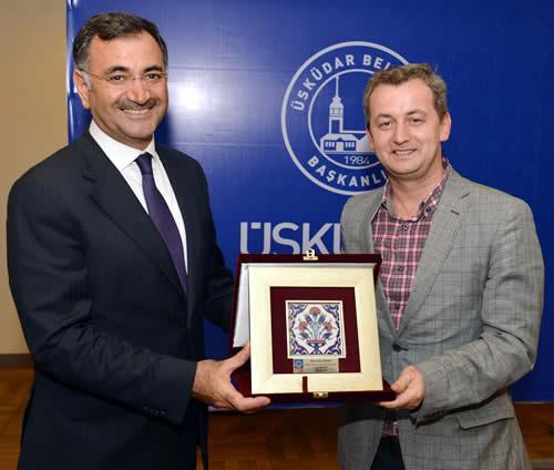 Üsküdar 34 Haber Sitesi ve Üsküdar Postası Gazetesi olmak Genel Yayın Yönetmenimiz Ziya Süzen'e teşekkür plaketi veren değerli Üsküdar Belediye Başkanı Mustafa Kara'ya, 5 yıllık görevi süresince bizlere göstermiş olduğu ilgiden dolayı çok teşekkür ediyoruz.