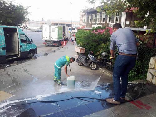 Temizlik İşleri Müdürlüğü ekipleri, temizlik çalışmalarını mahalle muhtarlarıyla da işbirliği yaparak devam ettiriyor.