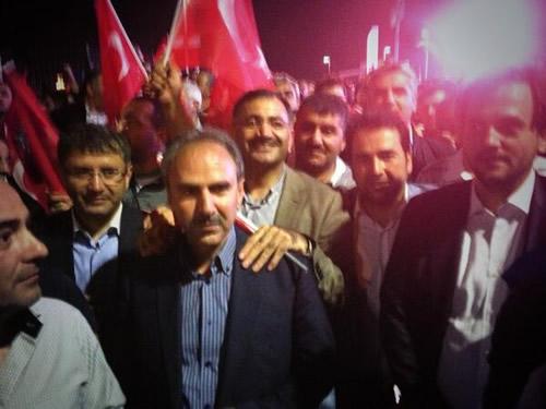 Başbakan Erdoğan, Üsküdar'daki konutuna gelişinde halkın yoğun ilgisiyle karşılaştı.