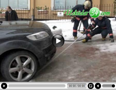 Üsküdar'da, hastaneye gitmek için sabah saatlerinde otomobiliyle yola çıkan Ahmet Dal, Mimar Sinan Mahallesi, Tabağın Bahçesi Sokak'ta buz engeline takıldı.