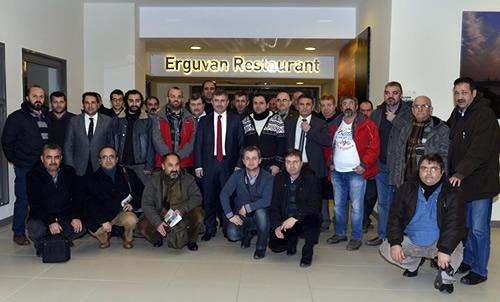 Başkan Hilmi Türkmen, yemeğe katılan gazetecilerin masalarını ziyaret ederek gazeteciler gününü tebrik etti.