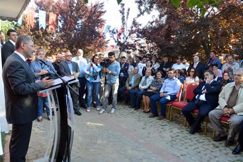 Üsküdar Belediyesi'nin yerinde kentsel dönüşüm programı kapsamında yapımı tamamlanan Bahçelievler Mahallesi Muhtarlığı yeni binası Başkan Hilmi Türkmen'in de katıldığı törenle hizmete açıldı.