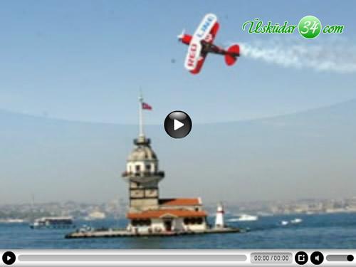 Akrobasi pilotu Murat Öztürk'den Üsküdar Kız Kulesi açıklarında muhteşem gösteri
