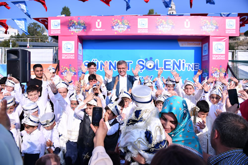 Üsküdar Belediyesi'nin geleneksel hale getirdiği Sünnet Şöleni yoğun bir katılımla gerçekleştirildi.
