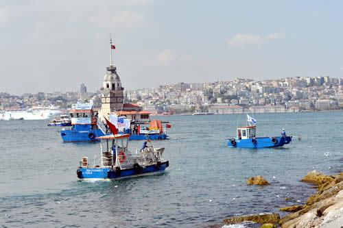 Çevre ve Şehircilik Bakanlığı tarafından başlatılan ''Denizimiz Temiz'' kampanyası kapsamında İstanbul Boğazı çöplerden arındırılıyor.