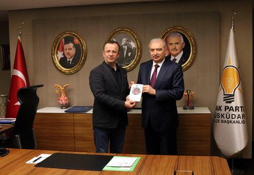 Hoş sohbetin sonunda Hızır, İstanbul Büyükşehir Belediye Başkanı Mevlüt Uysal'a bir hediye takdim etti.