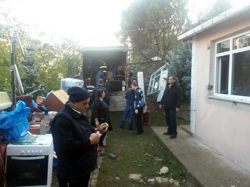 Okulun bahçesine dahil edilecek alanda bulunan evlerin yıkımı için verilen süre dolunca belediye ekipleri, sabah saatlerinde harekete geçti.