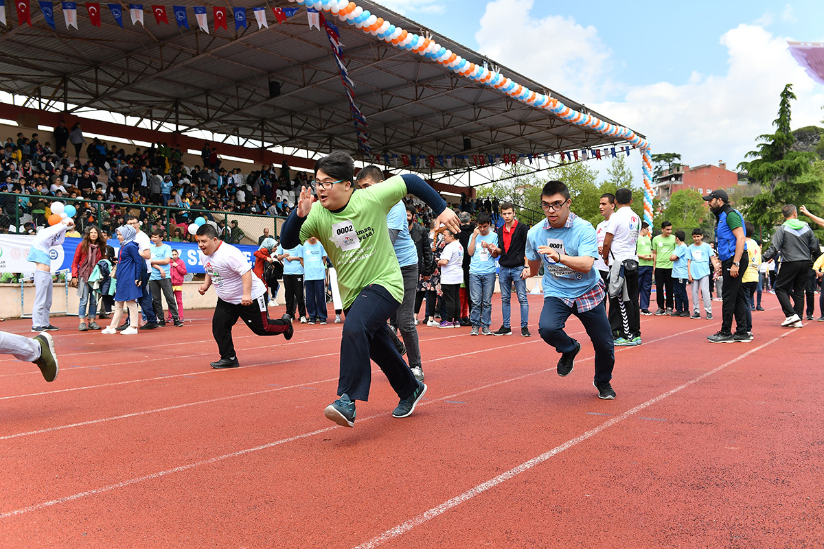 Üsküdar'da 14 ilden 2 bin kadar, Görme, İşitme,  Zihinsel, Down, Bedensel Engelliler ve Otizm olmak üzere 6 grupta yer alan özel çocuklar engelleri aşmak için koştu.