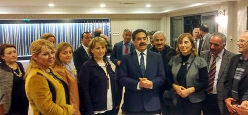 Üsküdar Belediyesi Kirazlıtepe Boğaziçi Yaşam Merkezi'nde yiyen Kadın Muhtarlar'a, akşam yemeğinde Üsküdar Kaymakamı Mustafa Güler ve Üsküdar Belediye Başkanı Hilmi Türkmen eşlik etti.
