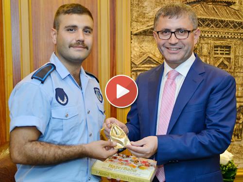 Yağız Köse, Üsküdar Belediye Başkanı Hilmi Türkmen tarafından bir kese altın ile ödüllendirildi.