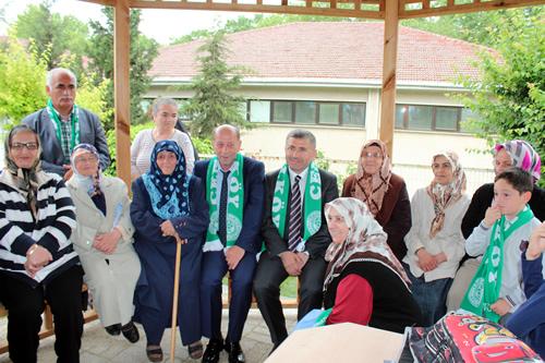 Üsküdar Belediye Başkanı Hilmi Türkmen, Güzeltepe Mahallesi yeni muhtarlık hizmet binası açılışı öncesinde mahallelilerle sohbet etti ve hatıra fotoğrafı çektirdi