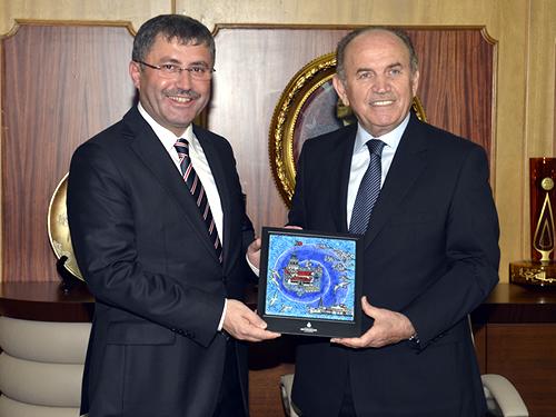 İstanbul Büyükşehir Belediye (İBB) Başkanı Kadir Topbaş, Üsküdar Belediye Başkanı Hilmi Türkmen'e iade-i ziyarette bulundu. Topbaş, ulaşım merkezi haline gelen Üsküdar'ın İstanbul'a hizmet ettiğine dikkat çekerek, ''Bizler de her zaman Üsküdar'a yardım etmeye hazırız'' dedi.