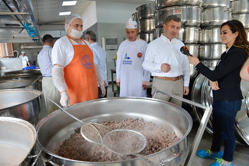 Üsküdar Belediyesi Aşevi'nde, Ramazan ayının ilk gününde 30 bin kişiye verilecek iftar yemeğini hazırlama heyecanı yaşandı.