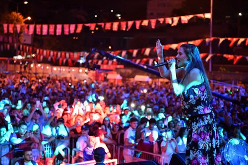 Kâtibim Festivali kapsamında Üsküdar Harem'de binlerce kişiye konser veren Demet Akalın vatandaşları şarkılarıyla coşturdu.