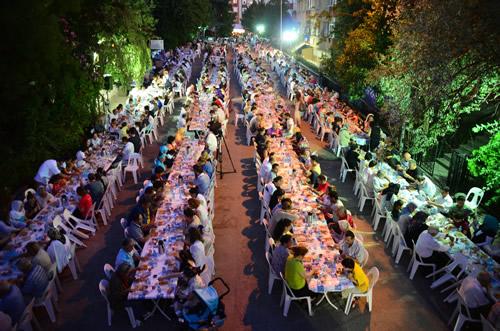 Türkiye'de ''Ramazan Çadırı'' geleneğini ilk olarak başlatan Üsküdar Belediyesi, Ramazan etkinliklerini, Osmanlı'dan günümüze Üsküdar'da yaşanan Ramazan gelenekleri ışığında zengin kültür ve medeniyet birikiminden ilhamla gerçekleştiriyor.