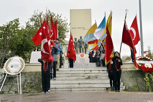 Saygı duruşu ve İstiklal Marşı'nın okunmasının ardından başlayan tören, Üsküdar Kaymakamlığı, Garnizon Komutanlığı, Üsküdar Belediyesi ve siyasi parti teşkilatlarının çelenklerini koymasıyla sona erdi.